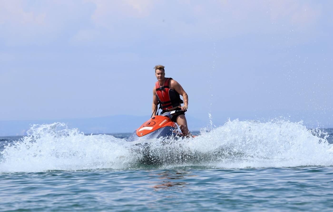 АРТи вдига адреналина край морето