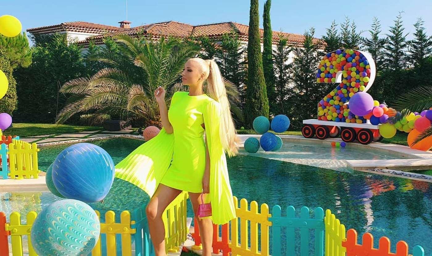 Цветелина Янева организира детско парти край басейна