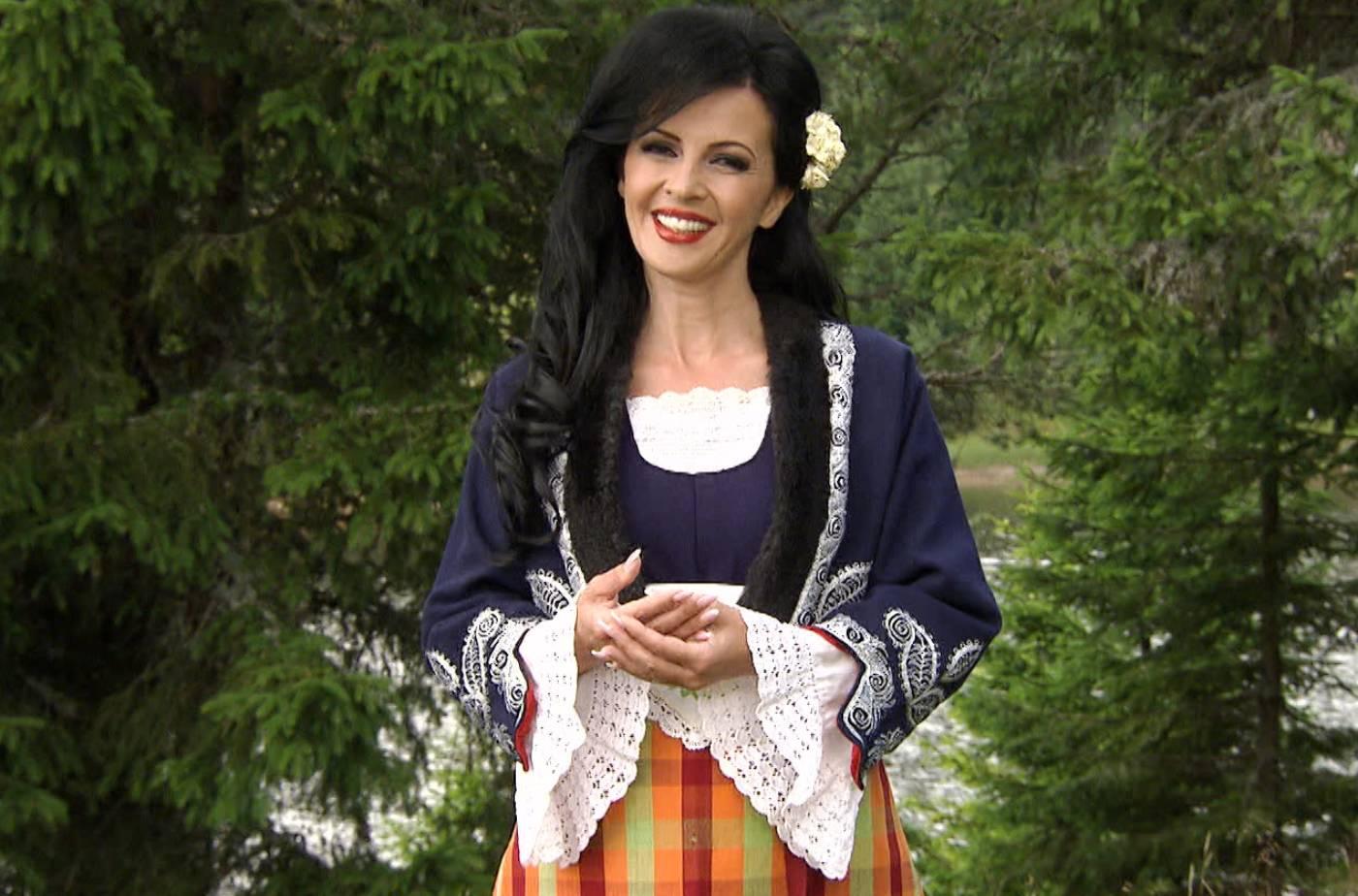 С фолклорен костюм народната песен е по-истинска