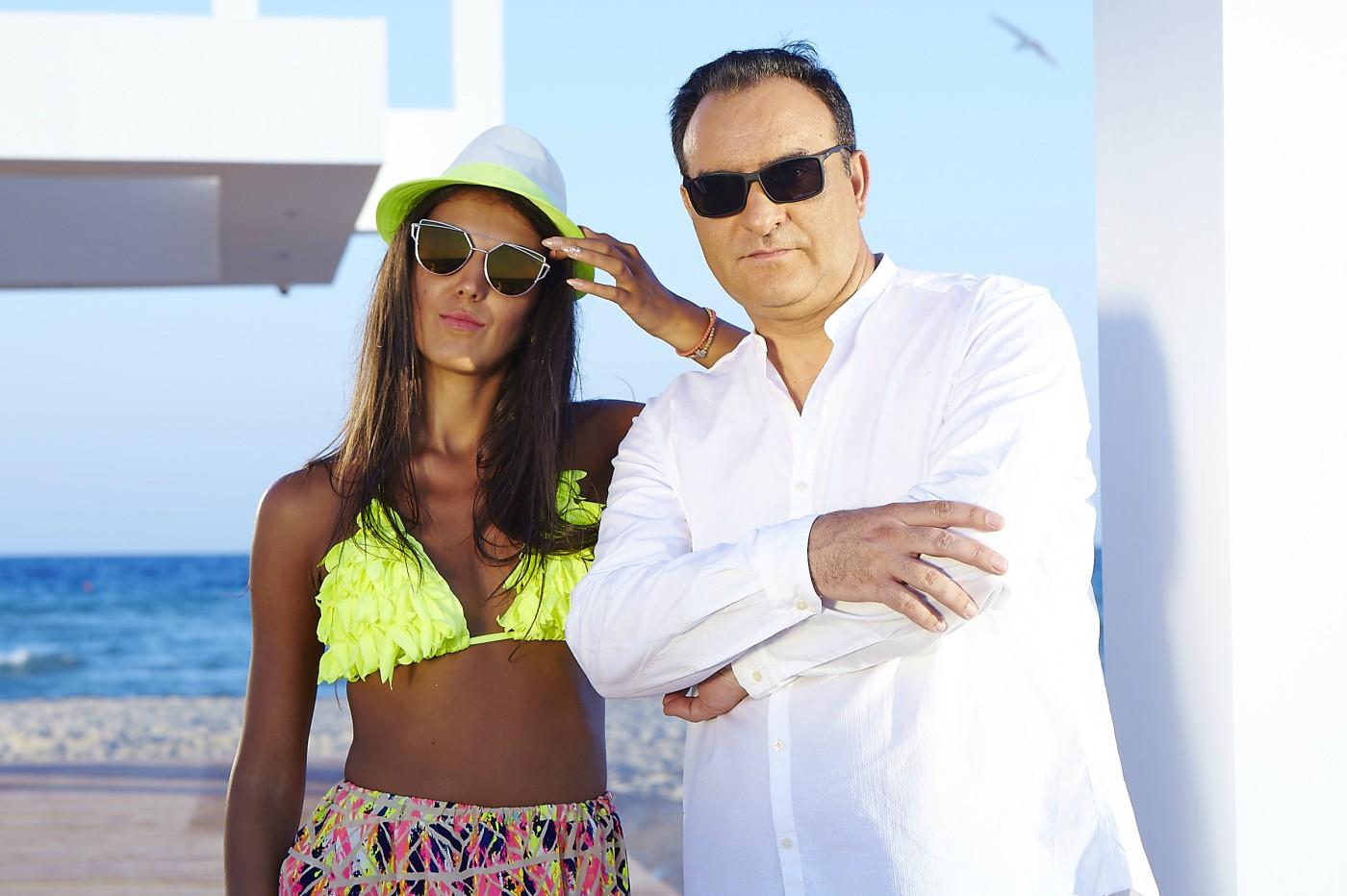 Сакис Кукос в компанията на изкусителни красавици