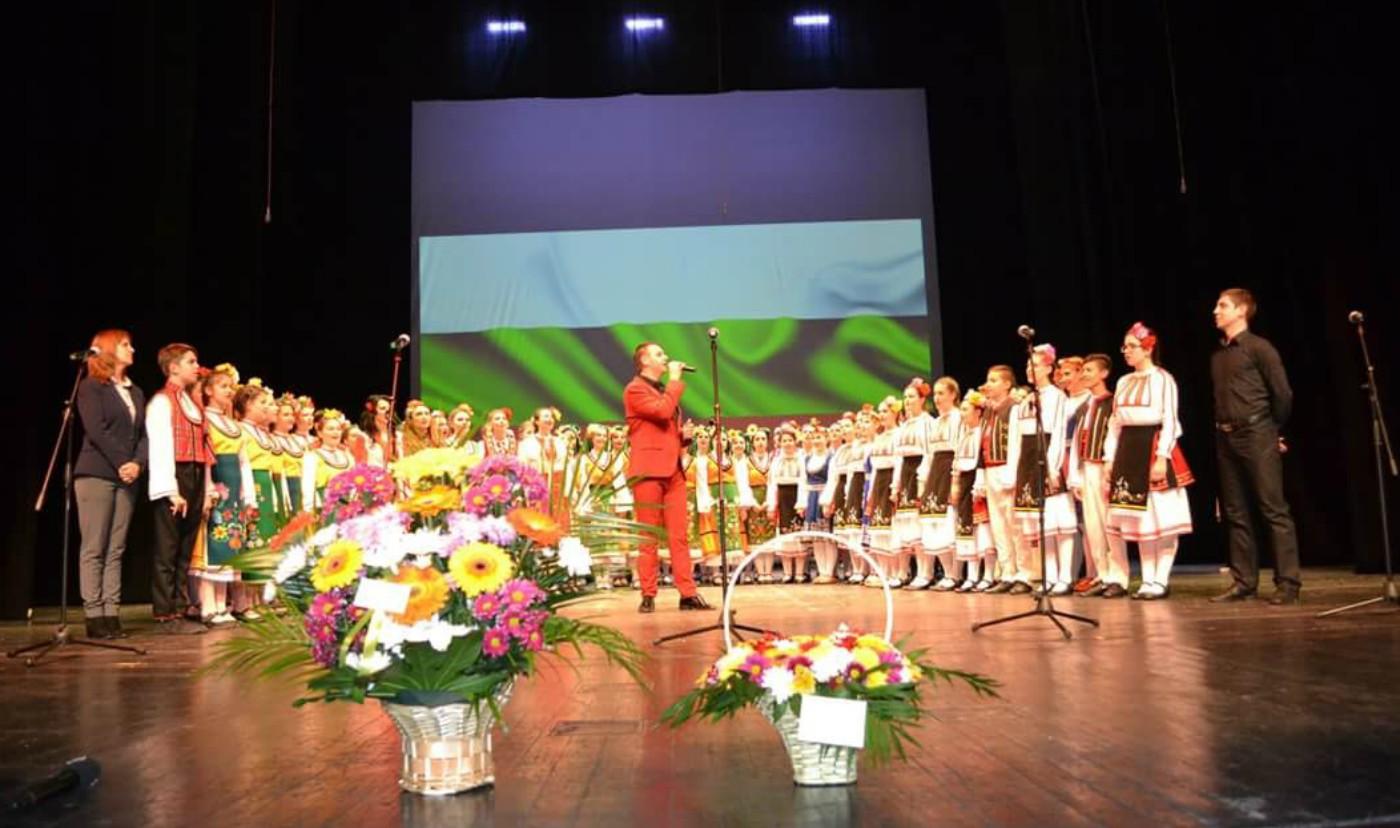 Фолклорна разходка в България представиха Здравко Мандаджиев и неговите ученици